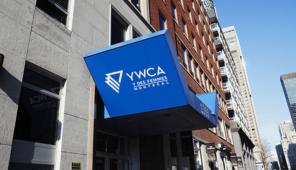 Signe bleu avec des lettres blanches disant : YWCA Y des femmes de Montréal